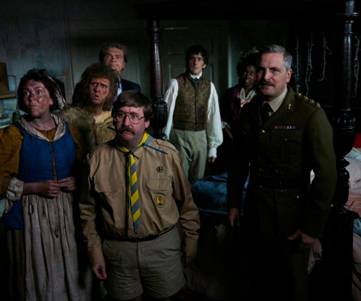 Los fantasmas que viven en la mansión a la que llegan Mike y Alison.