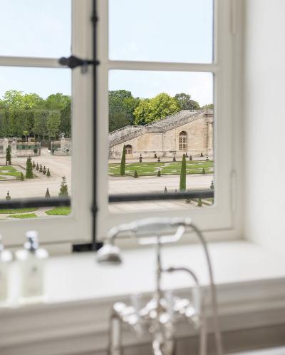 Cuarto de baño con vistas de la suite Madame de Staël.