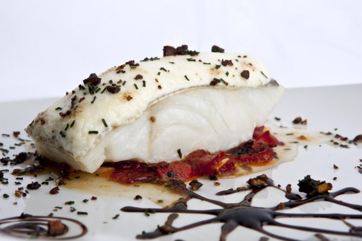 Lomo de bacalao al horno con alioli gratinado y pimientos del piquillo de 'Los Galayos'.