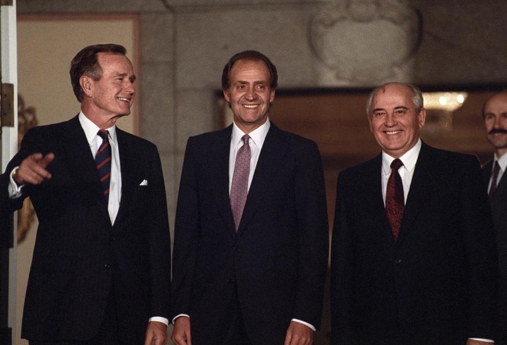 Con George Bush (i) y el Rey Juan Carlos (c), en 1991.