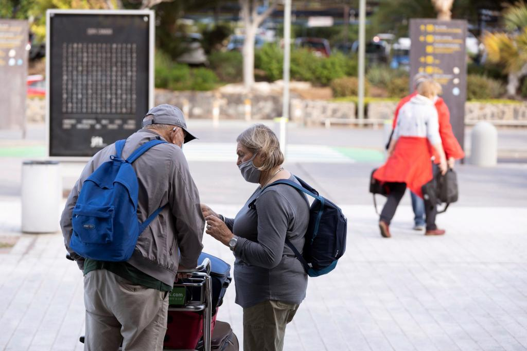 Varios turistas pasean por Tenerife