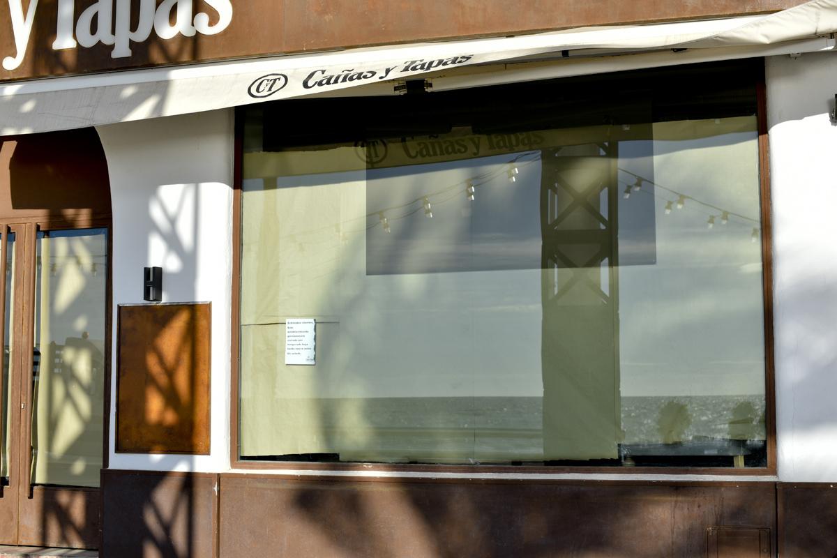 Un local de tapas de Benidorm cerrado.