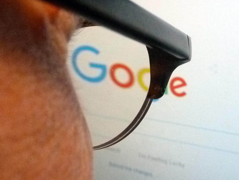 El logotipo de Google a través de las gafas de un periodista en Washington