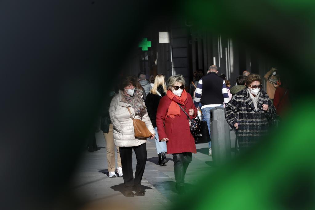 Personas con mascarilla en una céntrica calle de Madrid.