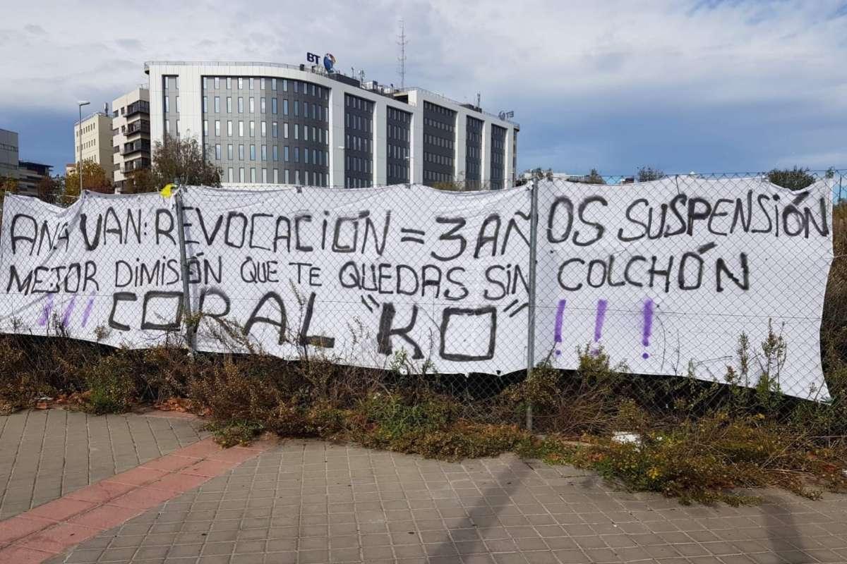 Pancarta escrita en sábanas de un hospital público madrileño