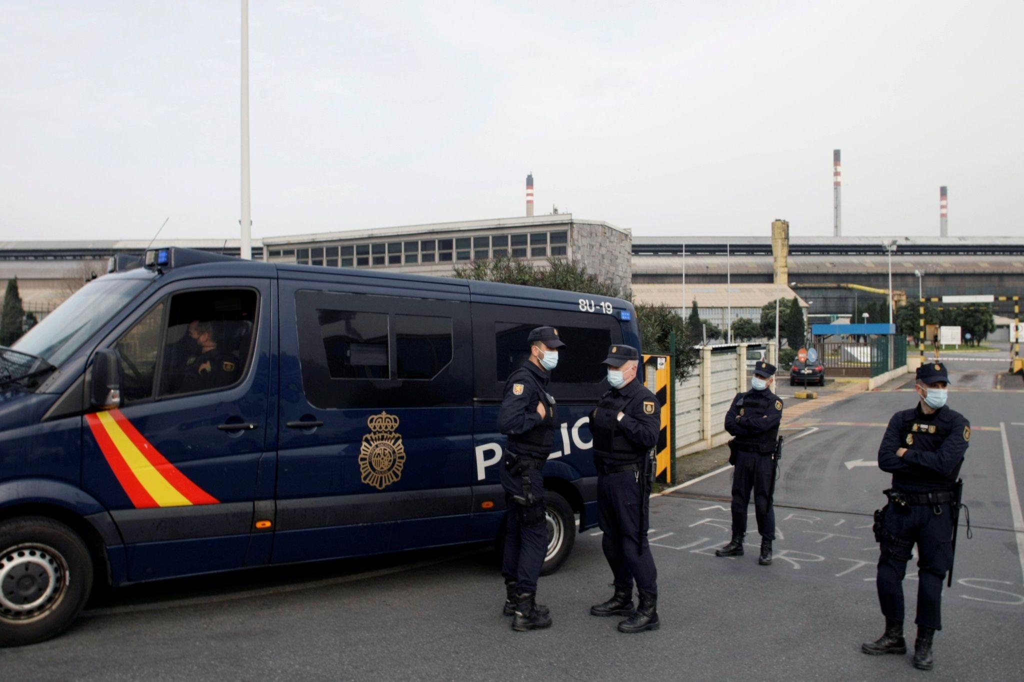 Efectivos policiales en la entrada de una de las fábricas de Alcoa en España.