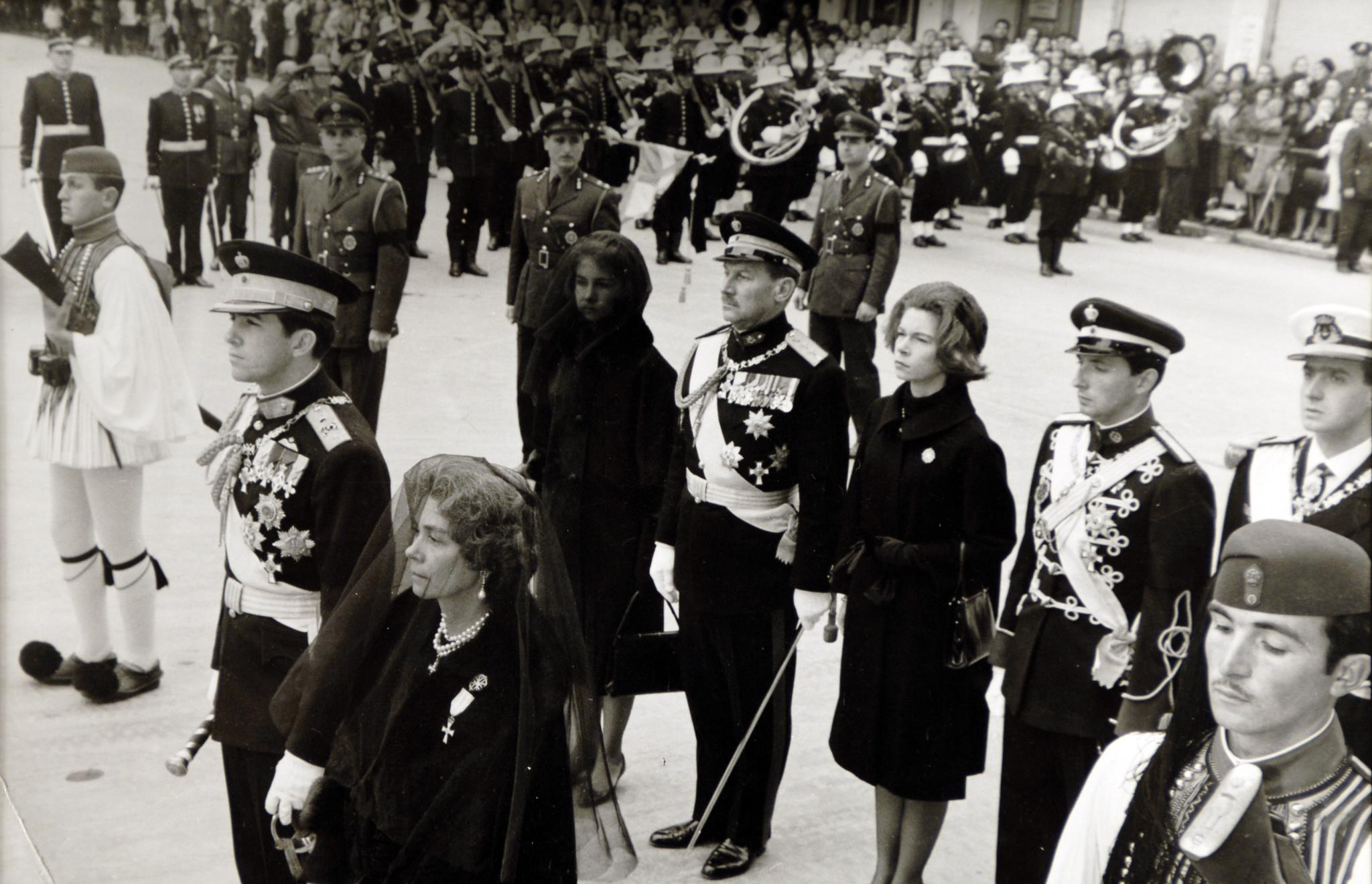 Doña Sofía, en segundo plano, con la cara cubierta, en el funeral por su padre.