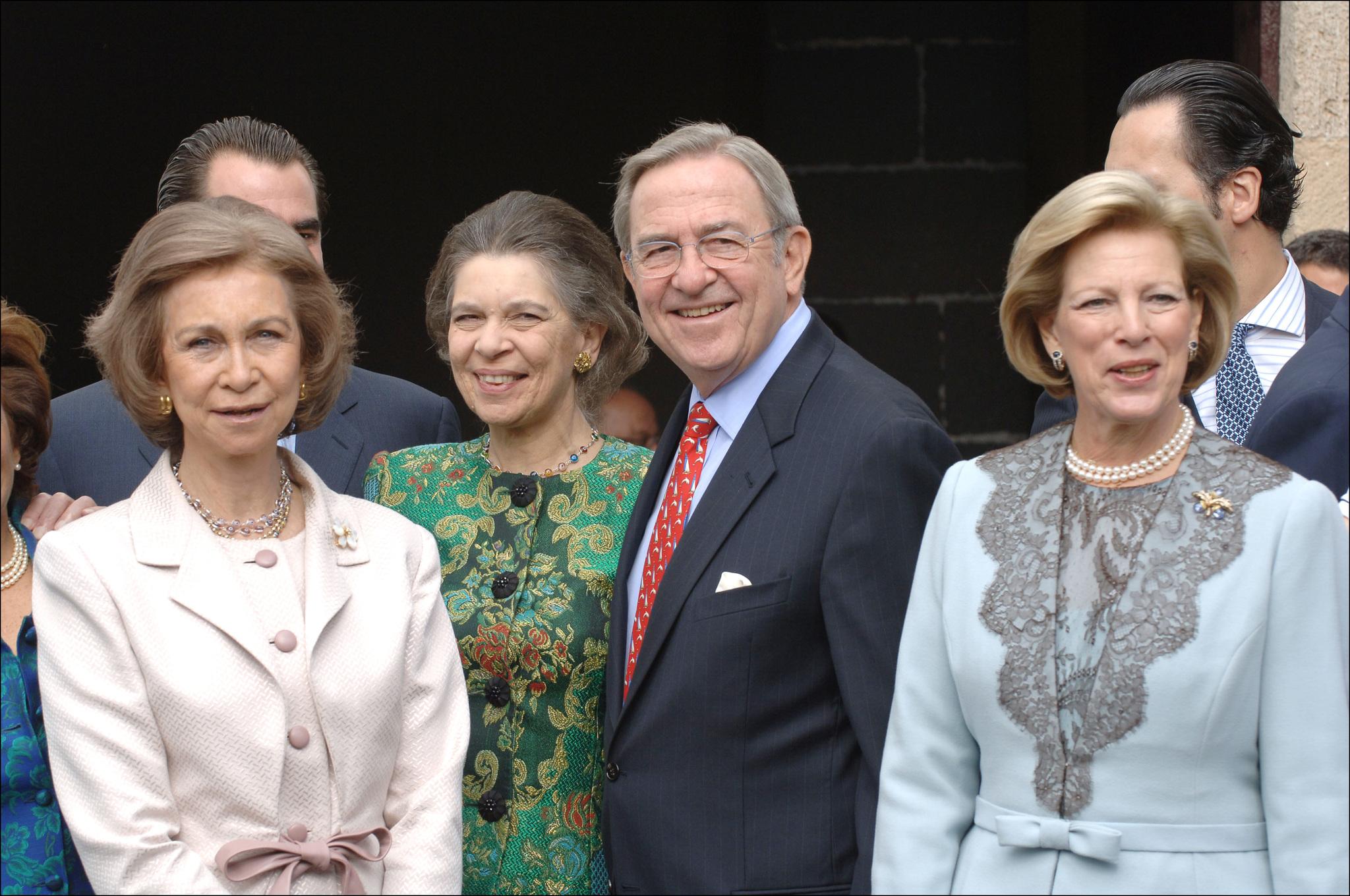 La Reina Sofía y sus hermanos, Irene y Constantino.