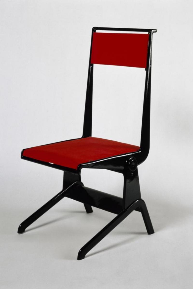 Una de las icónicas sillas que diseñó Prouvé.