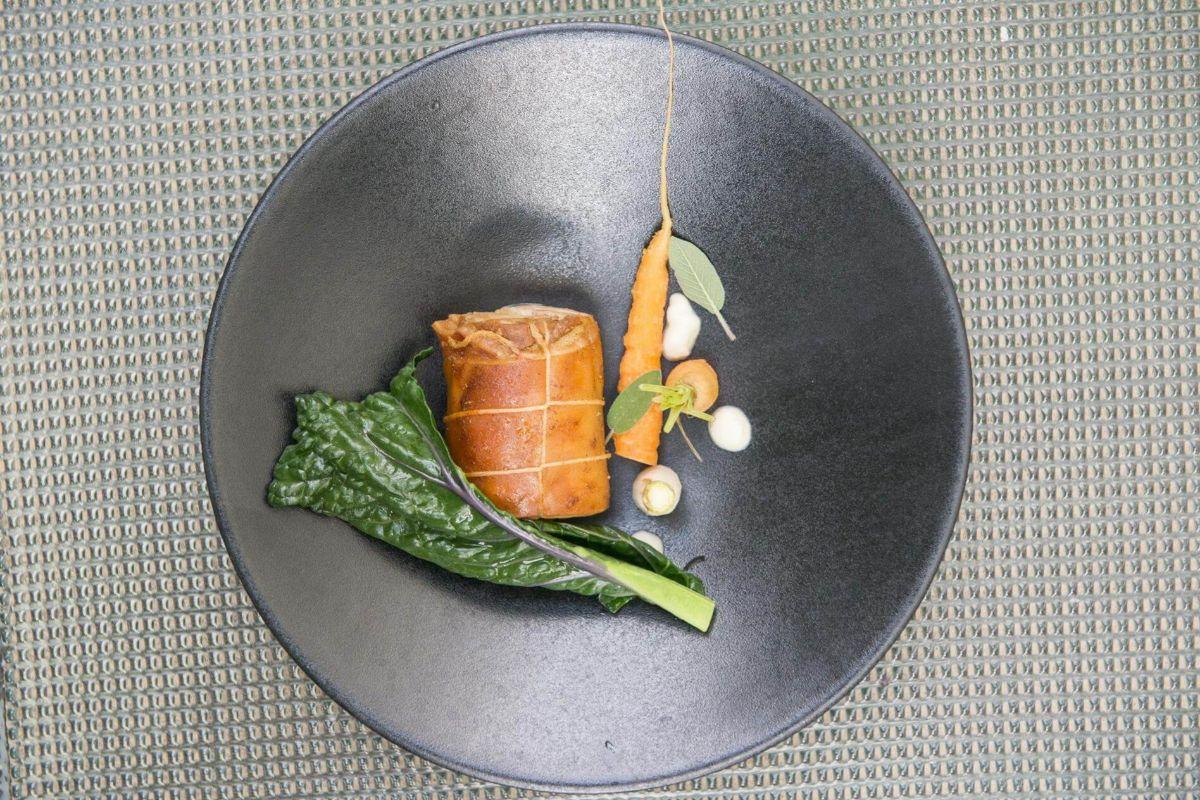Sus platos actualizan el recetario del  Pla de l'Estany y del Ampurdán.