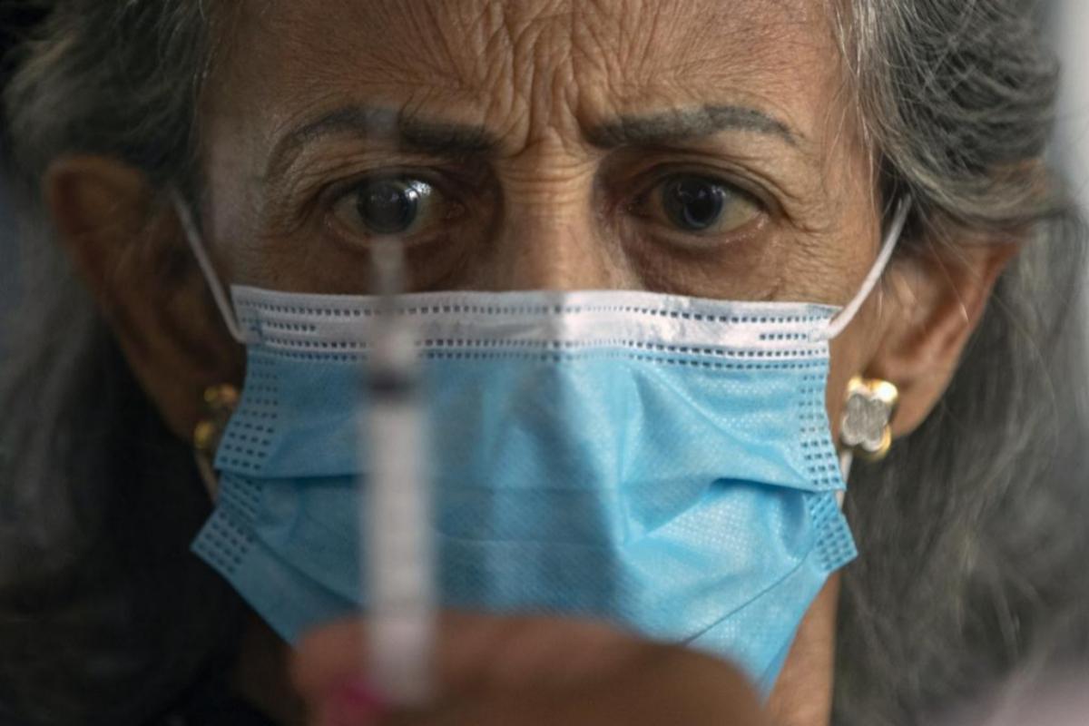Una mujer va a recibir la vacuna china contra el coronavirus en Brasil.