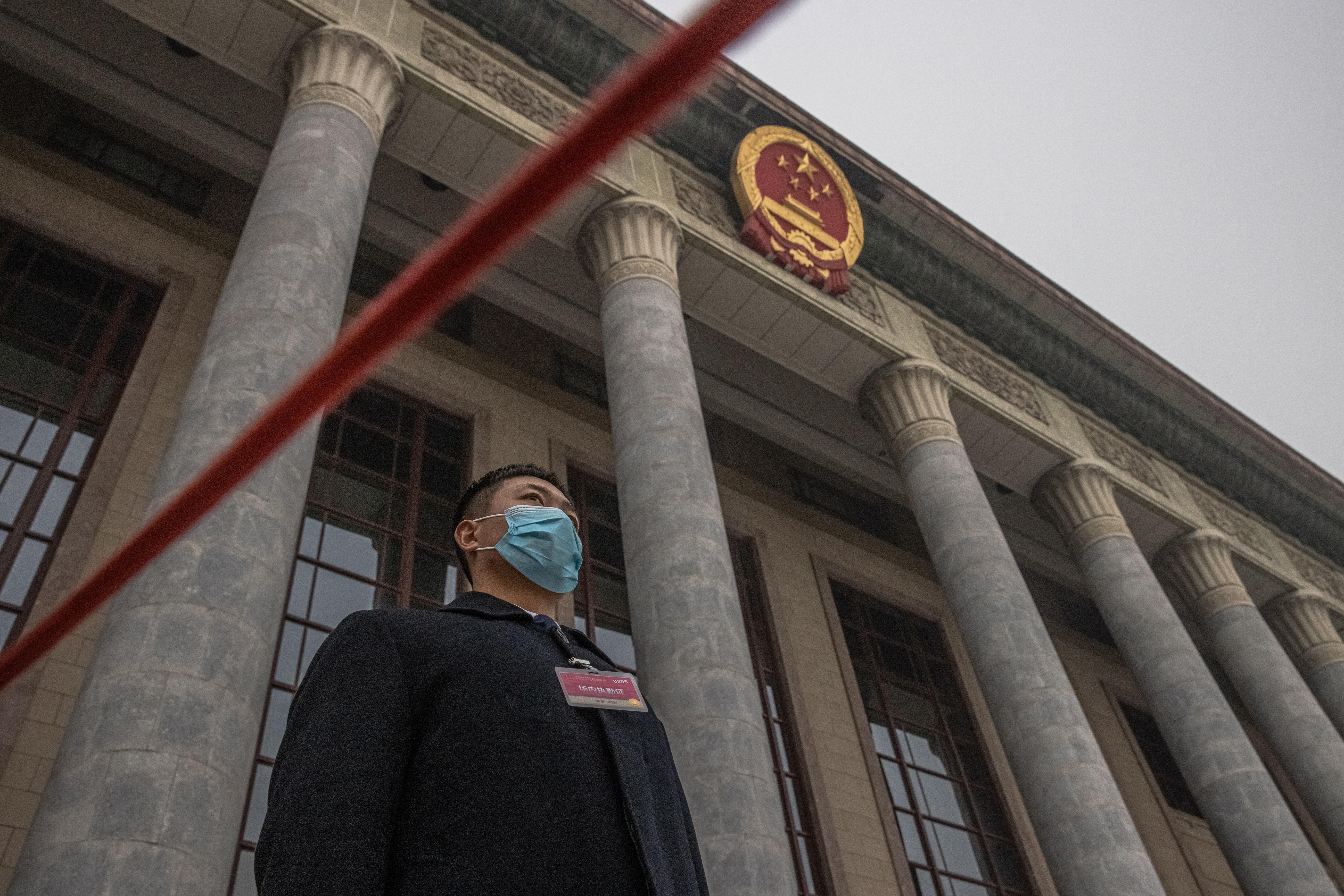Un guardia de seguridad frente al Gran Palacio del Pueblo en Pekín.