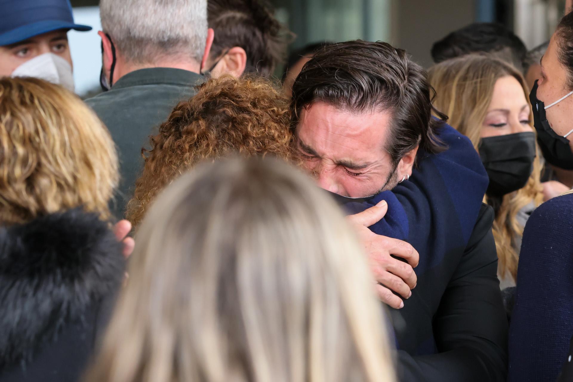 David Bustamante abrazando a la madre de Álex Casademunt.