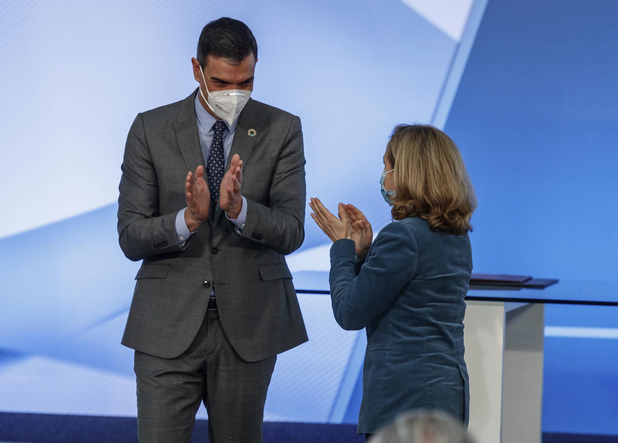 El presidente del Gobierno, Pedro Sánchez, y la vicepresidenta económica, Nadia Calviño.