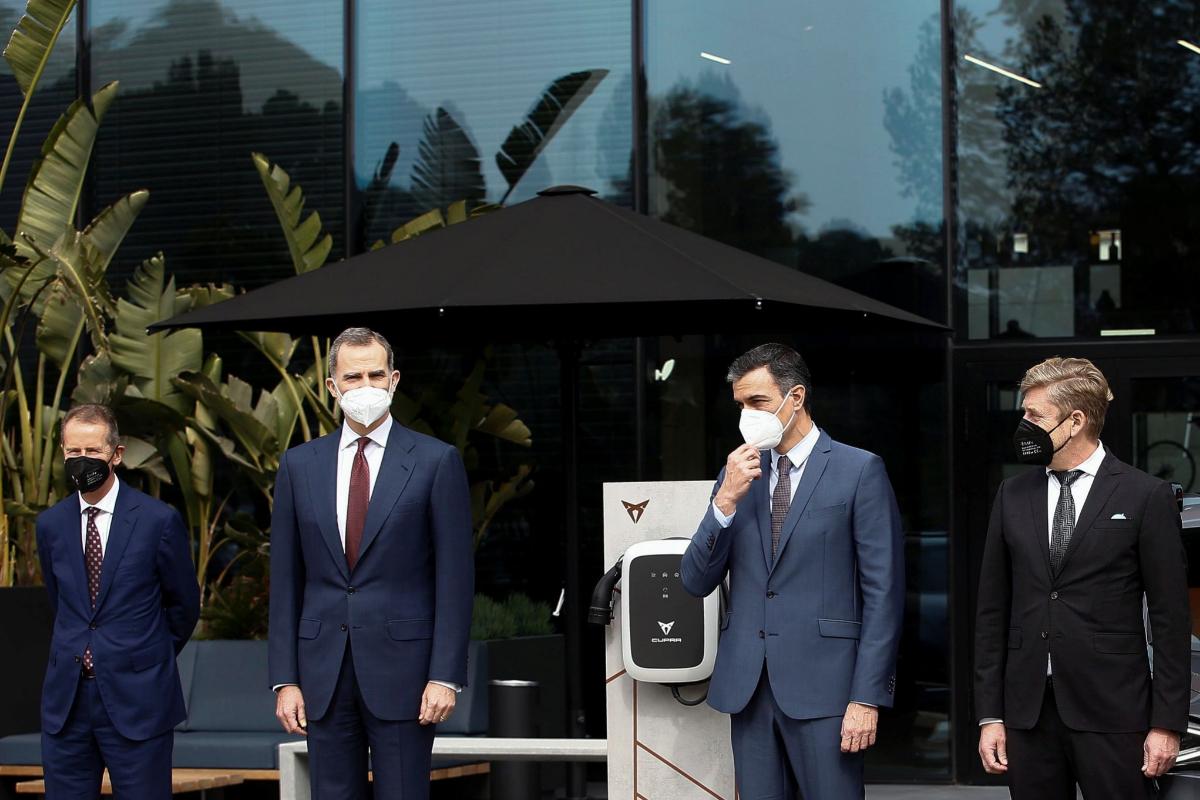 Felipe VI (segundo por la dcha.) y Pedro Sánchez (segundo por la dcha.), este viernes, en Martorell (Barcelona).