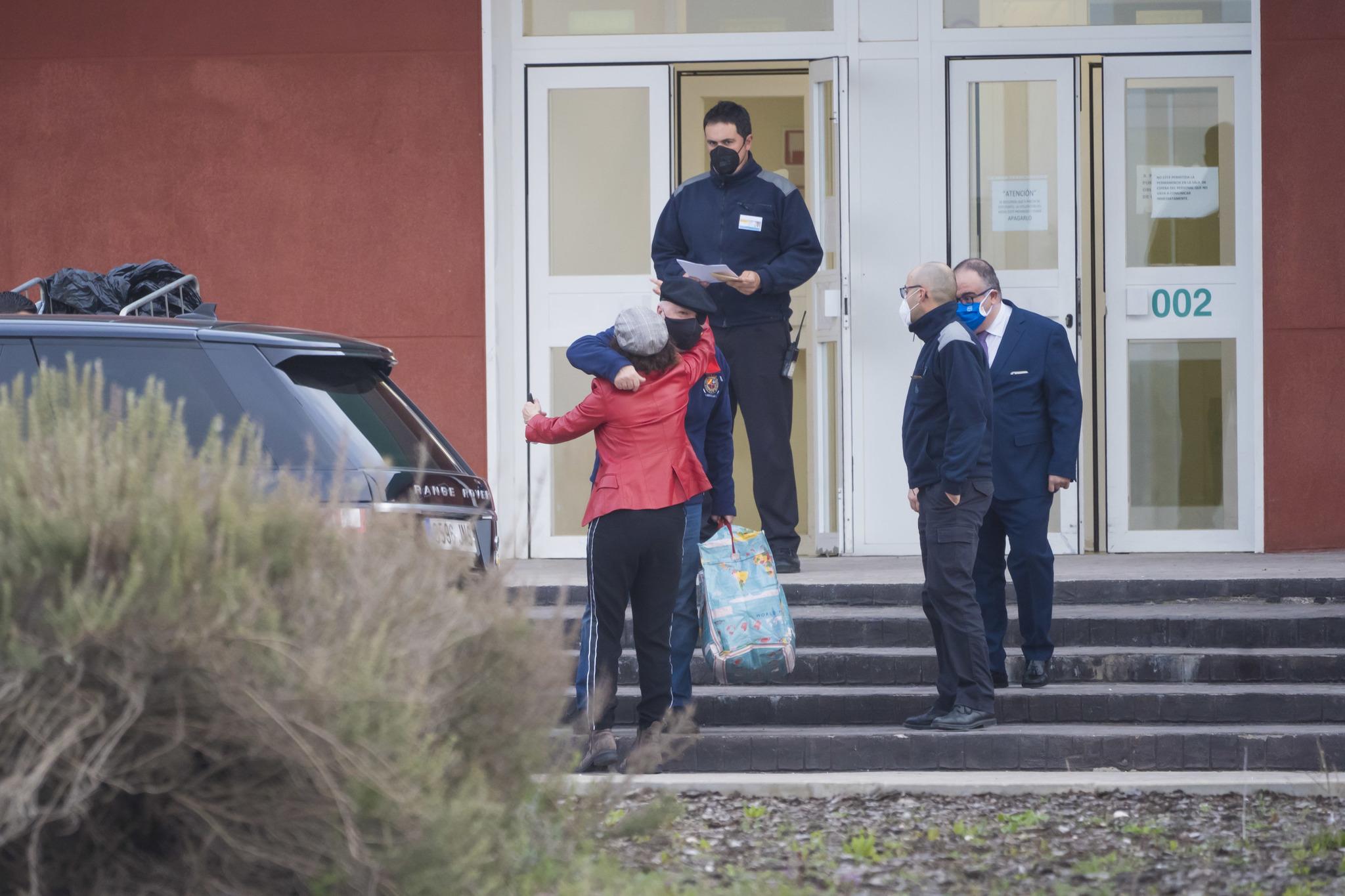 Villarejo recibe el abrazo de su mujer, Gemma Alcalá, tras salir de la cárcel.
