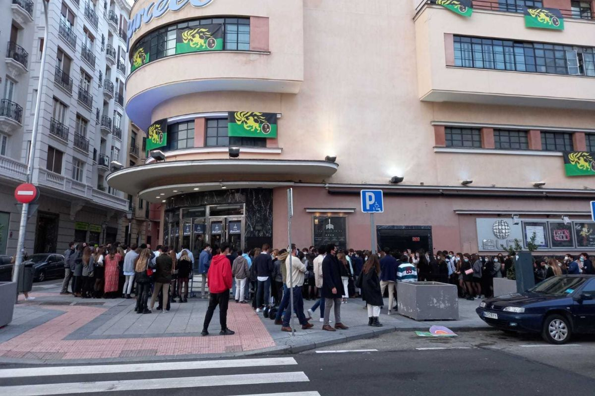 Decenas de jóvenes sin respetar la distancia social para entrar en la sala Barceló.