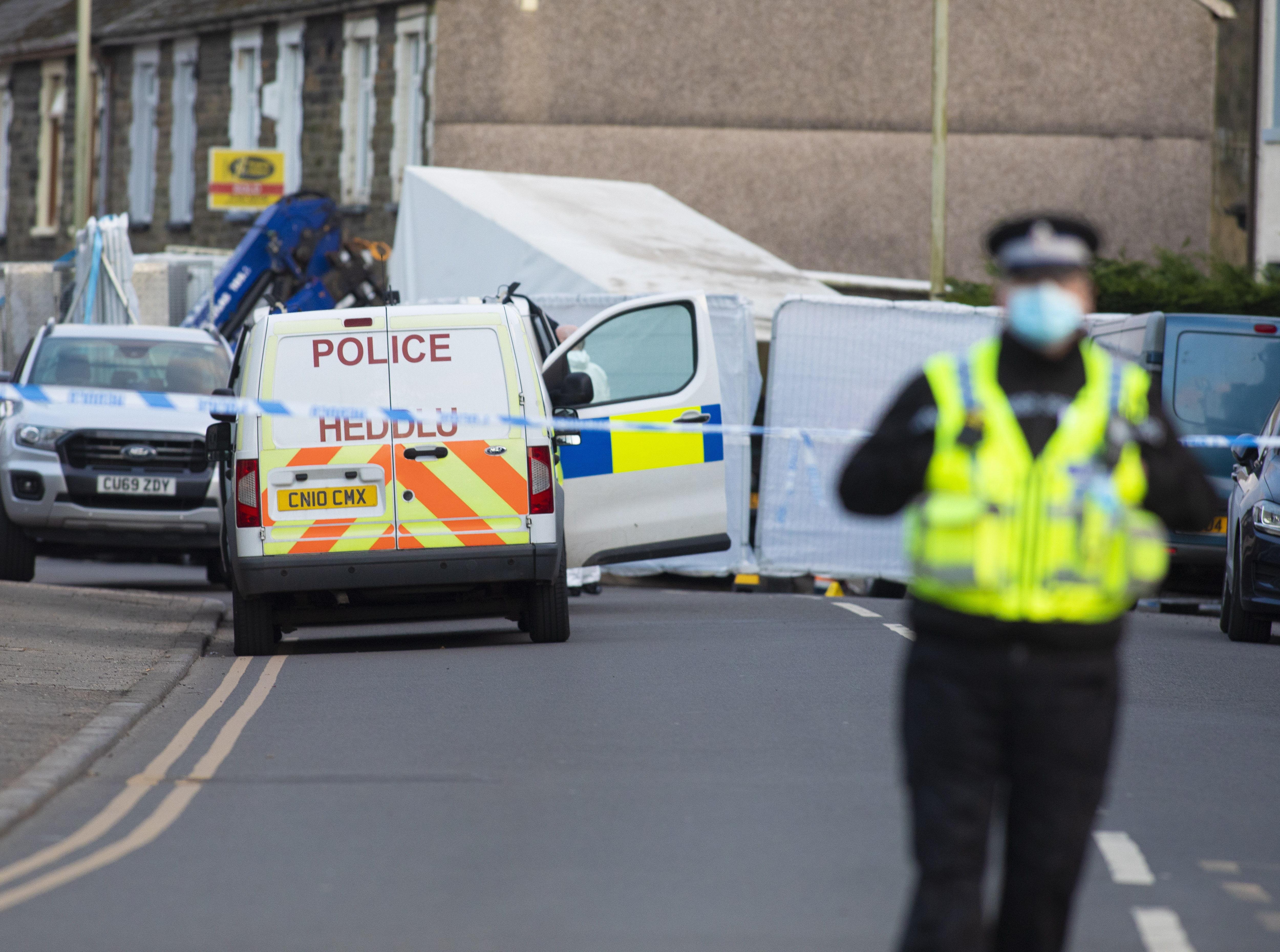 Policía en la calle Baglan, en Rhondda, donde ocurrió el incidente.