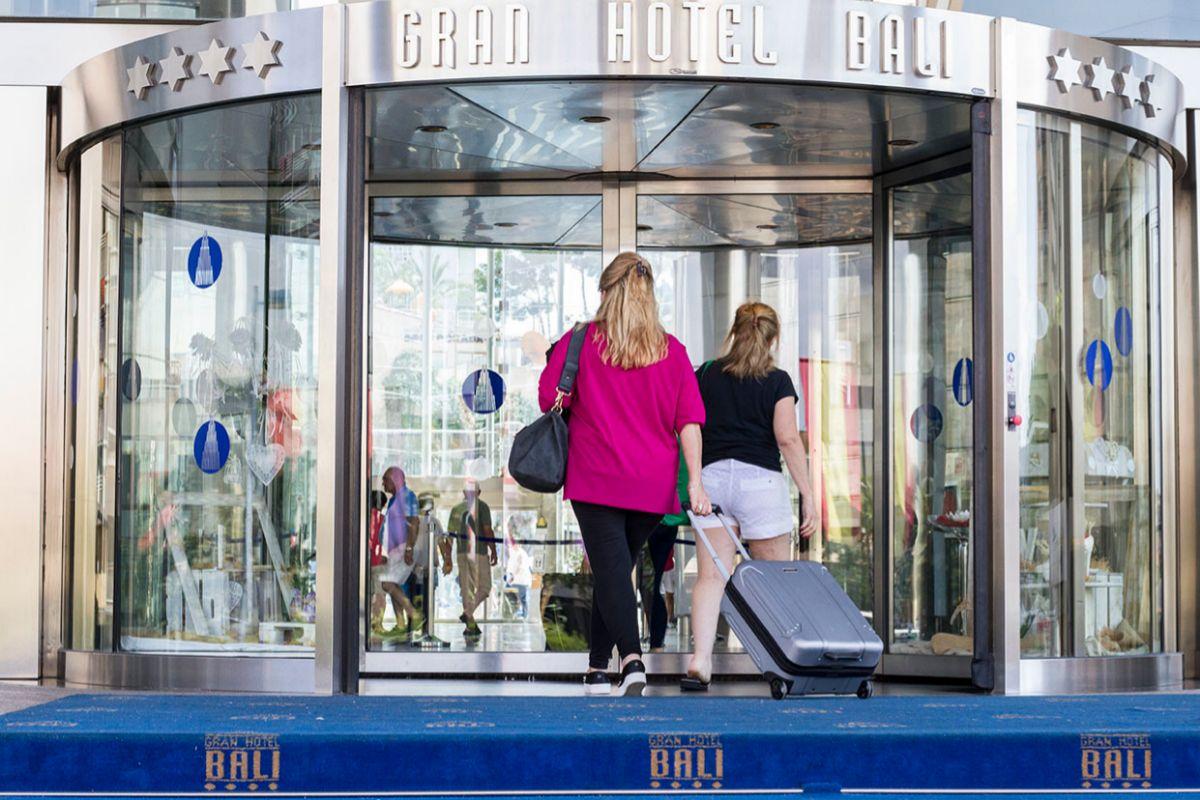 Huéspedes llegan a un hotel de Benidorm.
