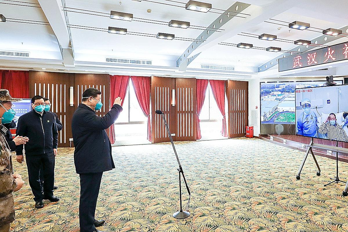 Xi Jinping habla con pacientes de coronavirus.