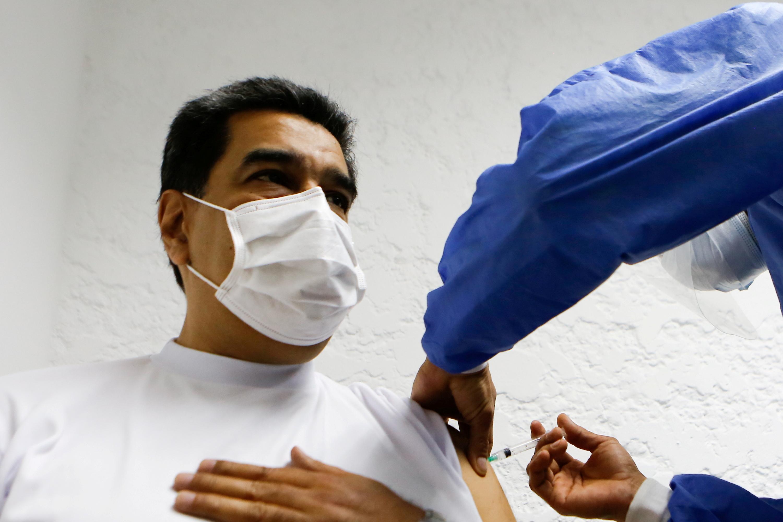 Nicolás  Maduro durante su vacunación con Sputnik V.