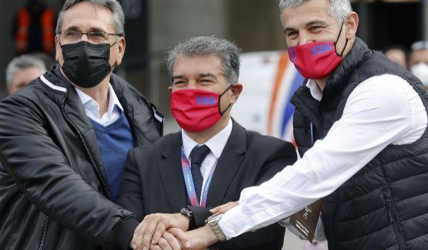 Joan Laporta, con Enric Masip y Valero Rivera, tras votar en el Camp Nou.