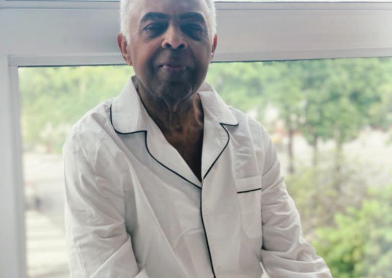 El músico y ex ministro de Cultura Gilberto Gil con el pijama reciclado.