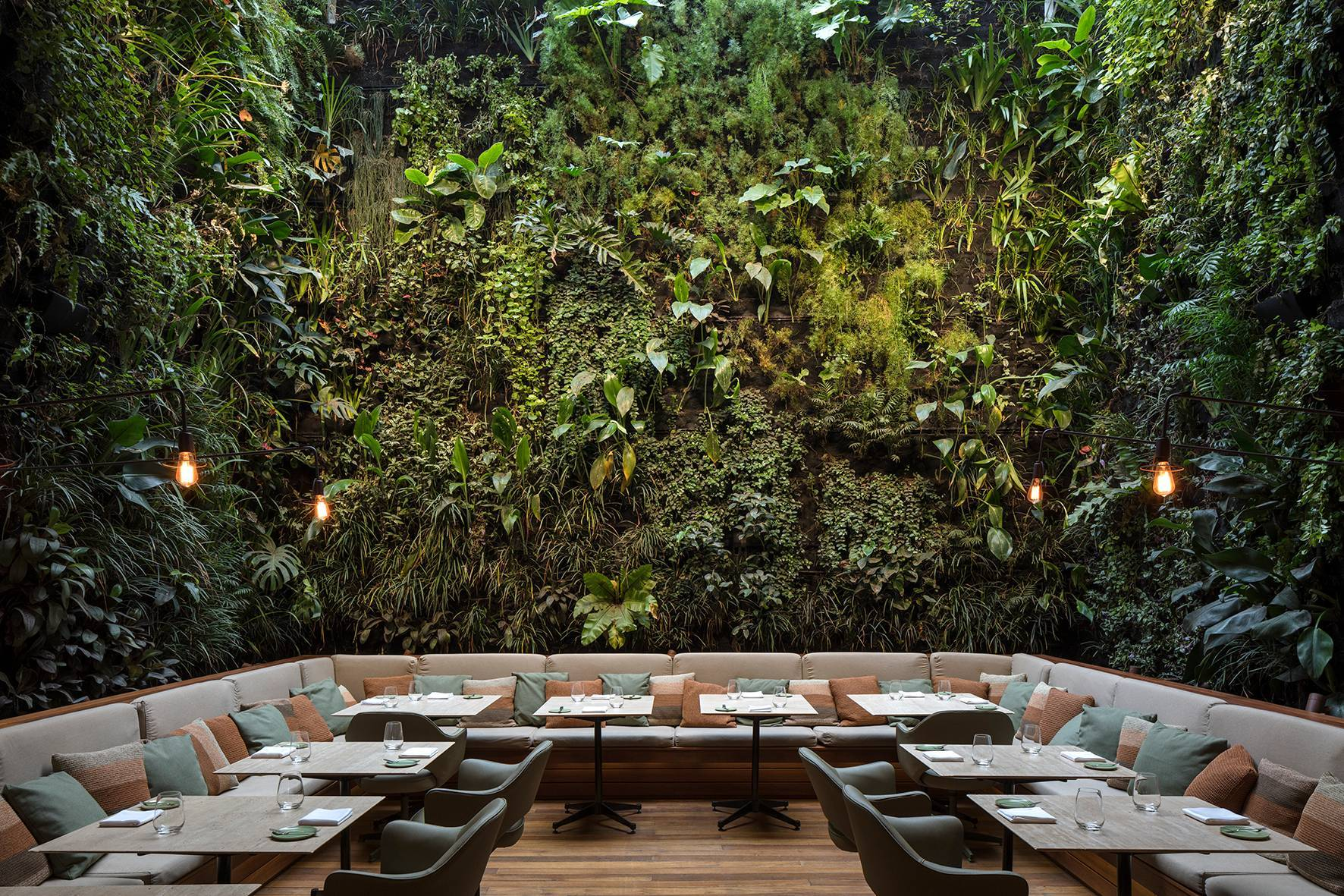 Restaurante Emile, con un impresionante jardín vertical.