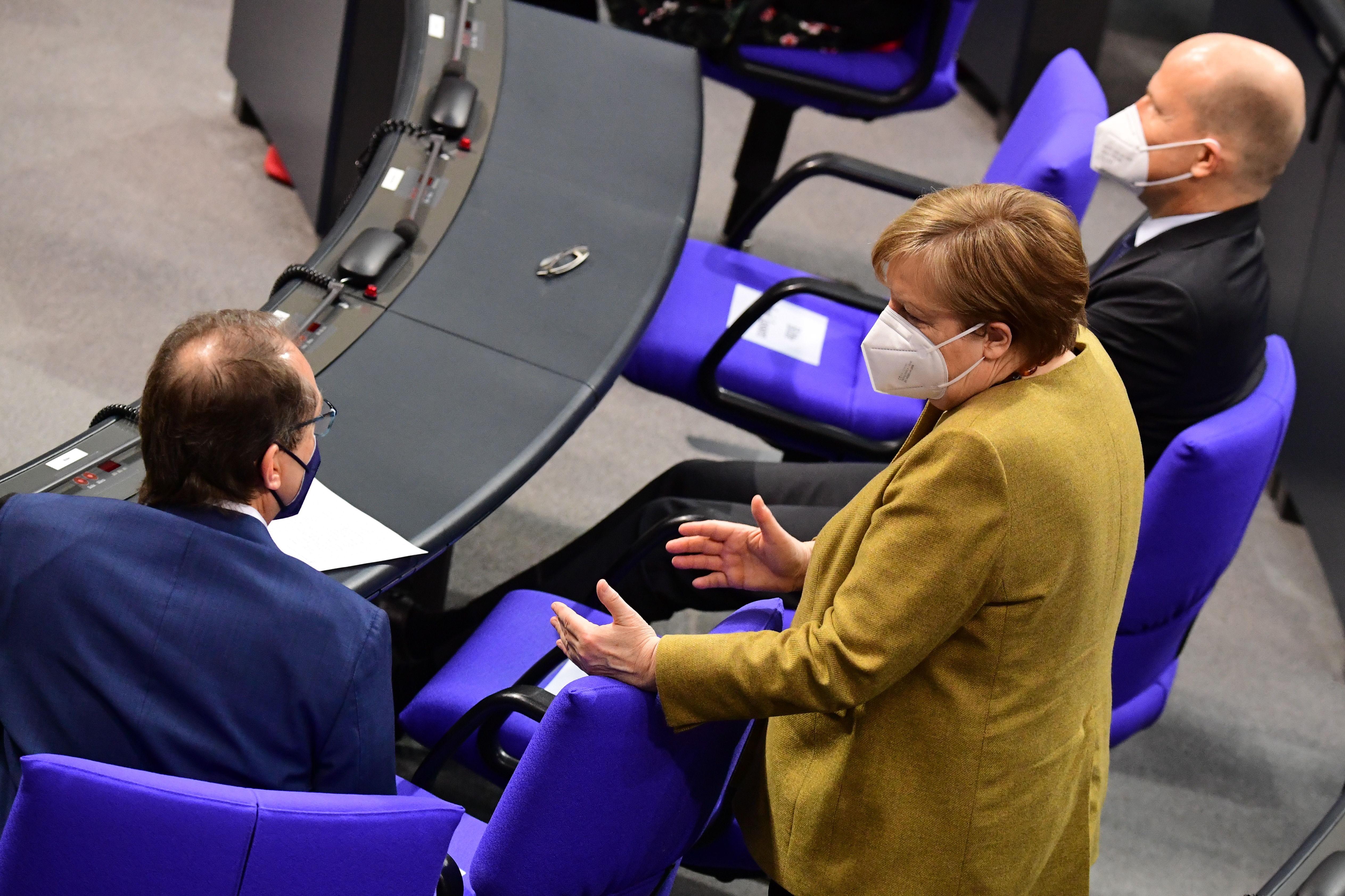 Angela Merkel con otro miembro del partido CDU en el Bundestag.