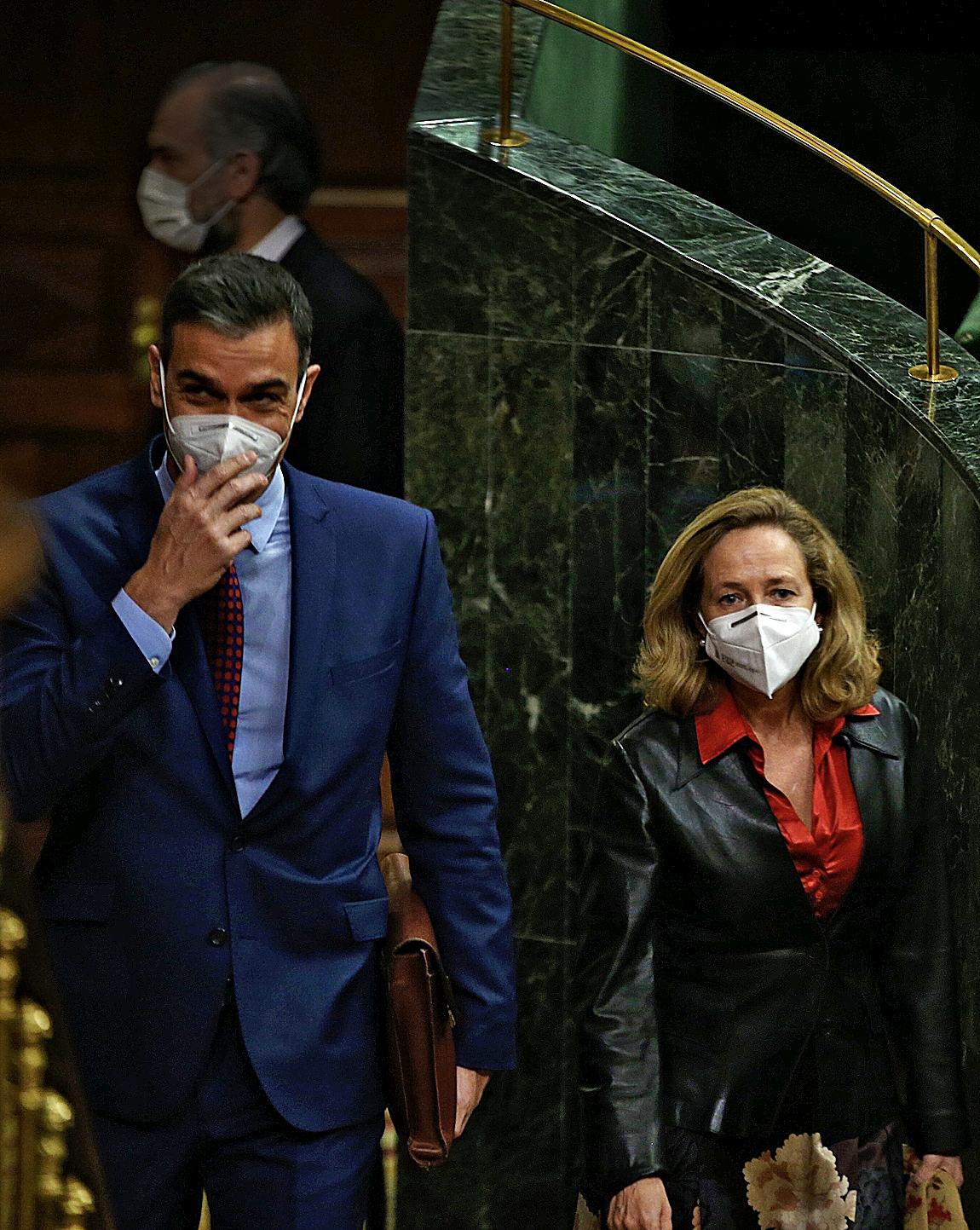 El presidente del Gobierno, Pedro Sánchez, y la vicepresidenta de Asuntos Económicos, Nadia Calviño