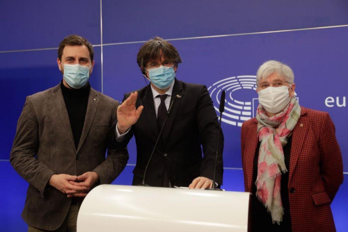 Puigdemont, con Comín y Ponsatí este martes en Bruselas.