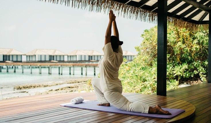 Clase de yoga en el pabellón de Noku Maldives.