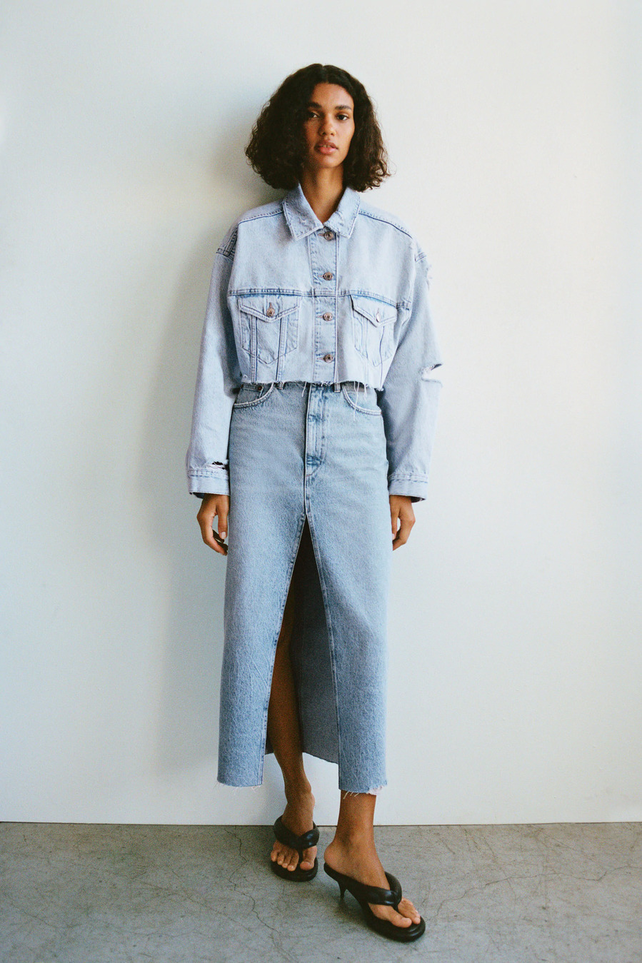Falda larga + Cazadora 'cropped' - 20 buenas ideas para vestir denim de pies a cabeza