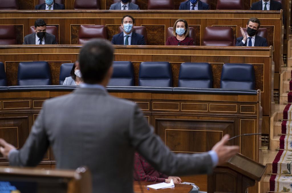 Pedro Sánchez y Pablo Casado, en la sesión de control al Gobierno este miércoles.