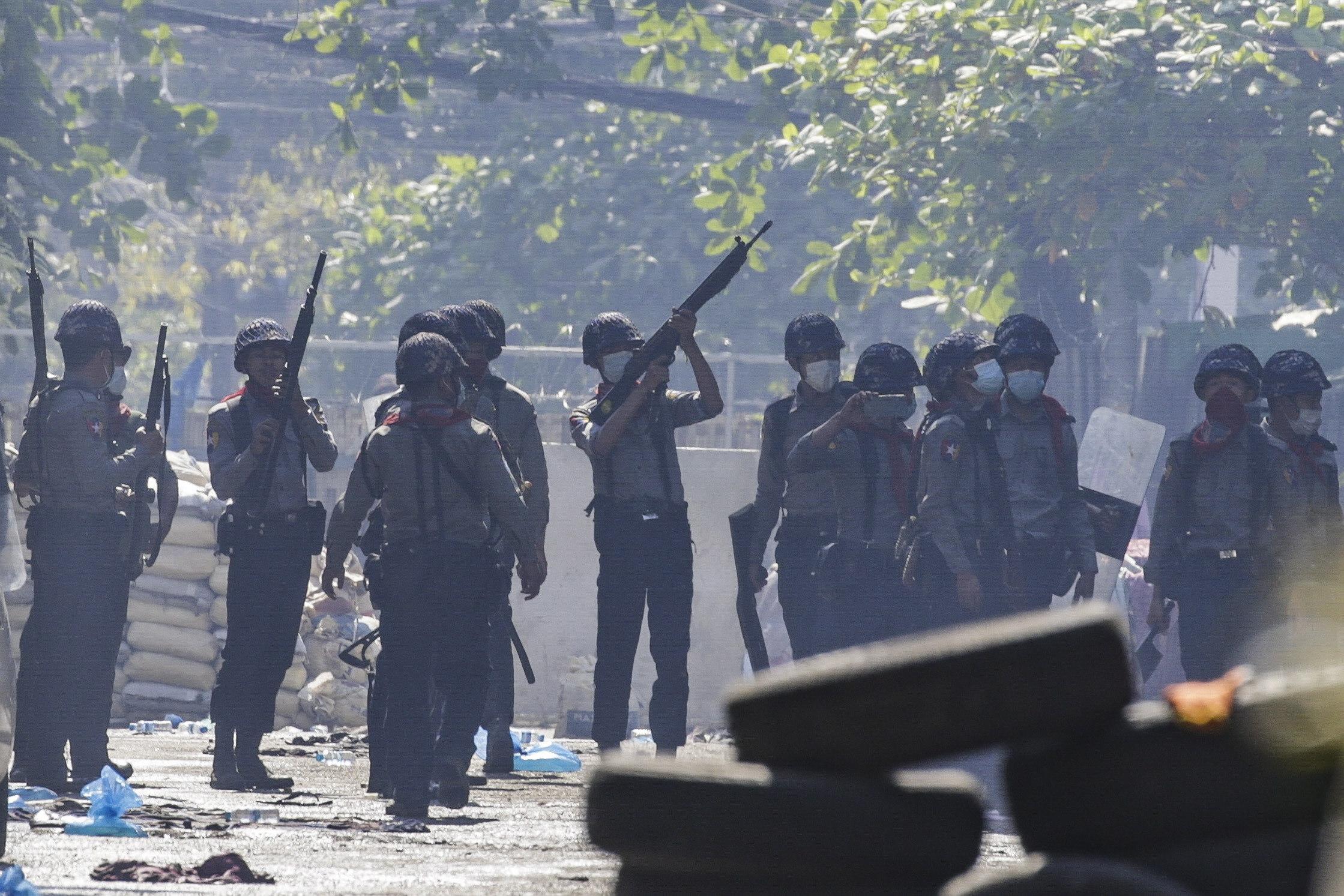 La policía birmana reprime a los manifestantes en Rangún.