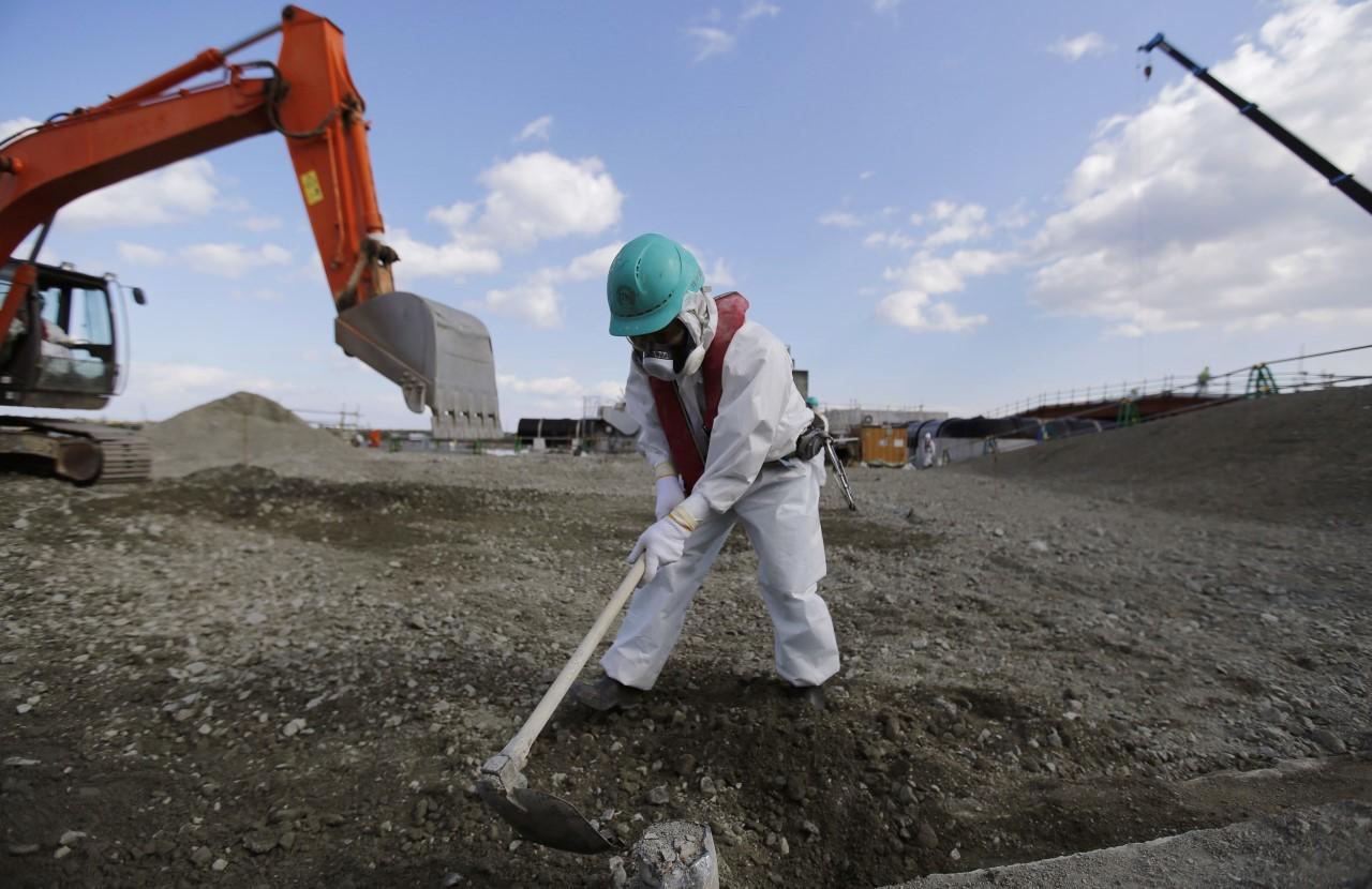 Un trabajador durante las tareas de descontaminación en Okuma en 2016