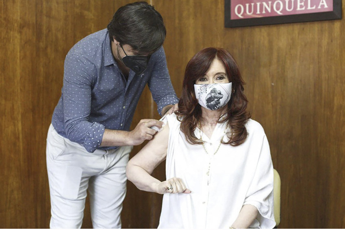 La vicepresidenta Cristina Fernández de Kirchner recibe la vacuna.