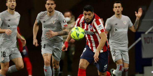 Luis Suárez persigue un balón frente al Athletic.