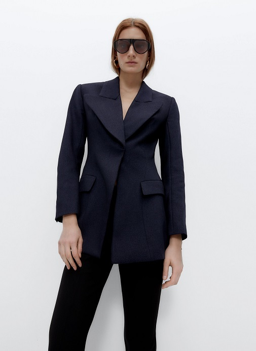 Blazer azul marino con cintura ajustada de Uterqüe