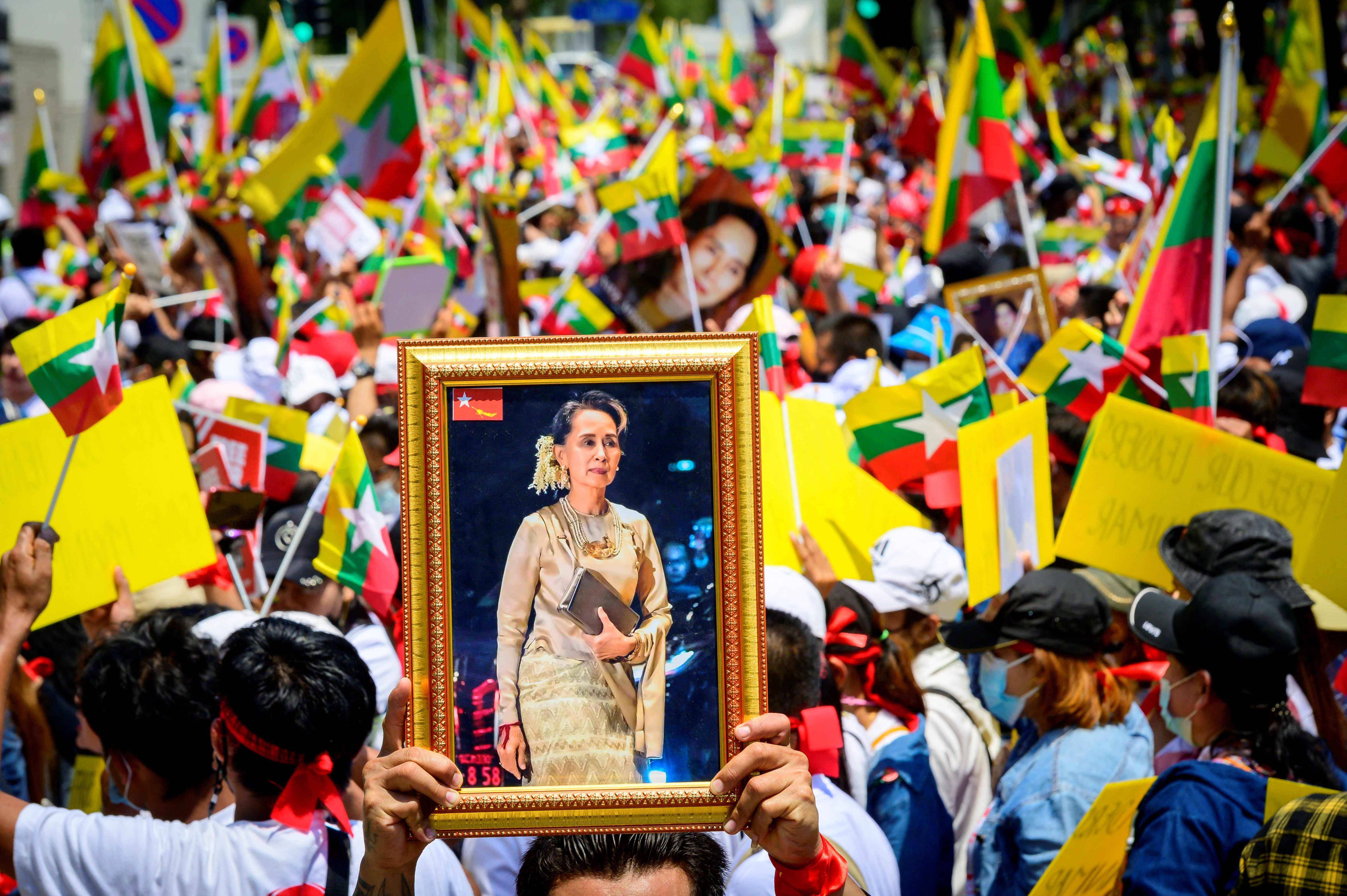 Simpatizantes de Suu Kyi piden su liberación en Tailandia.
