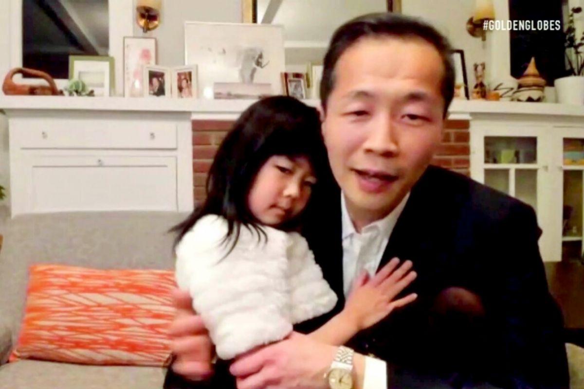 Lee Isaac Chung en el momento de ser premiado en los Globos de Oro.