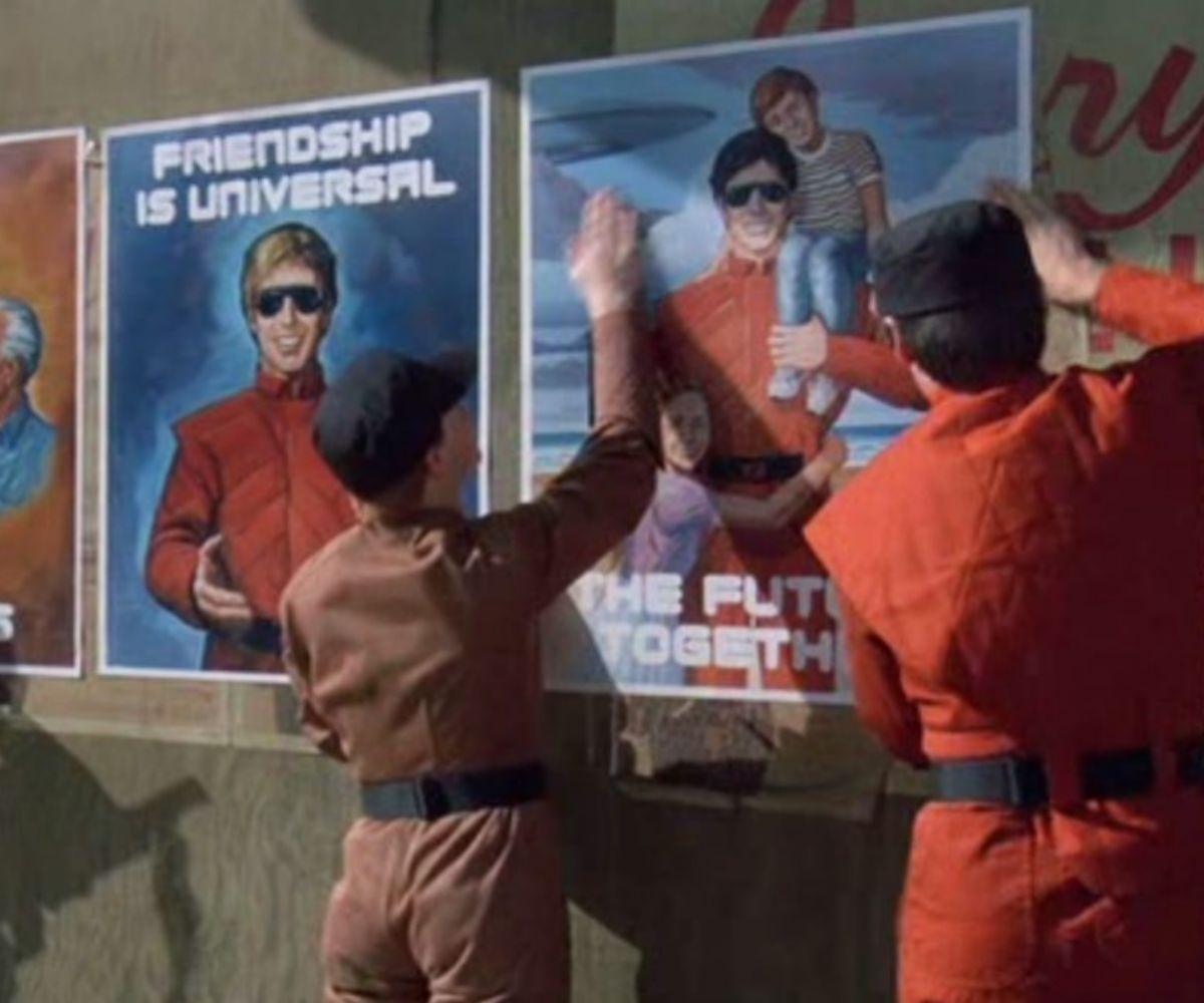 Los visitantes despliegan su 'propaganda' para engañar a los humanos.