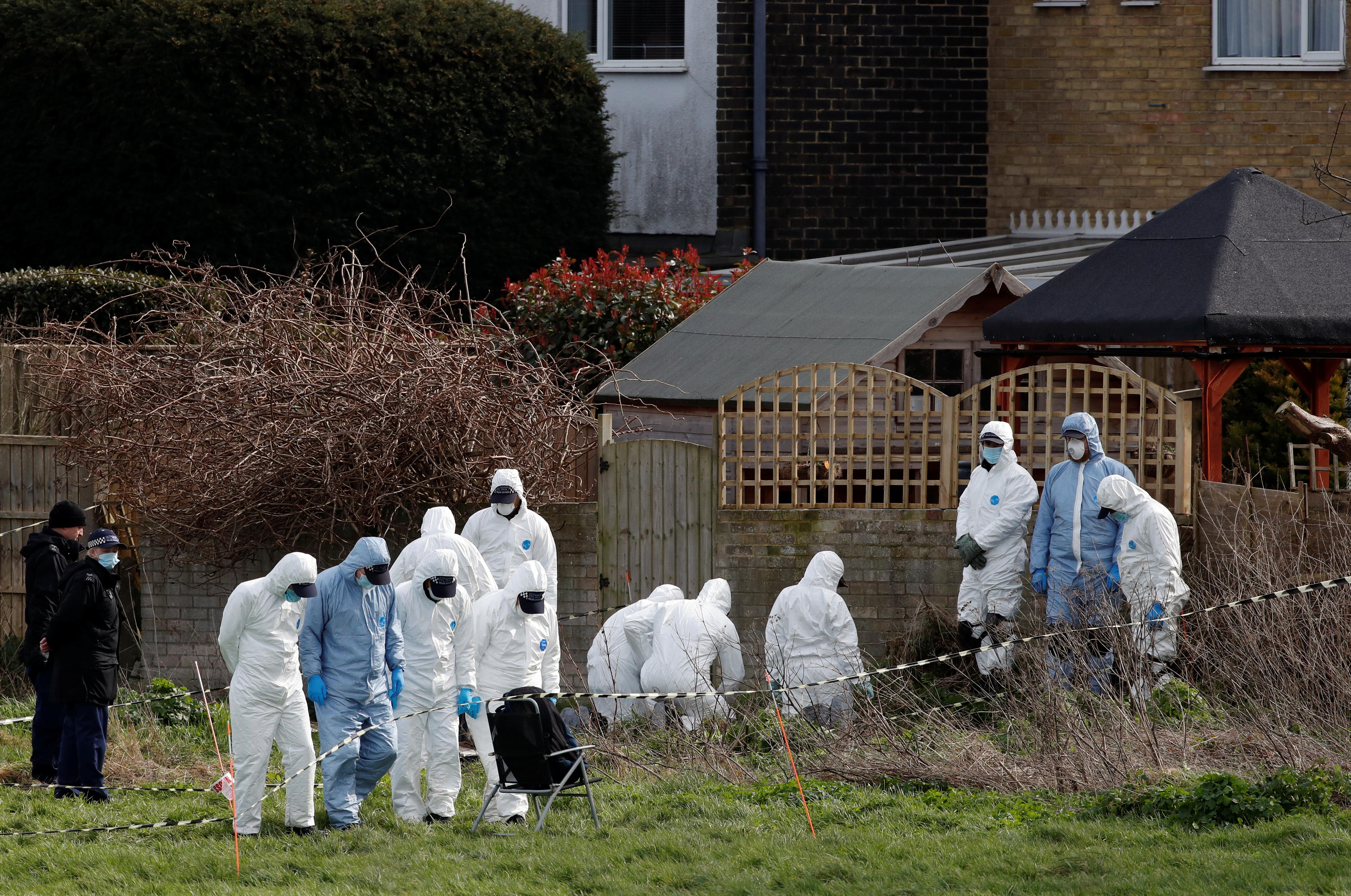 La policía registra la casa del sospechoso en Ashford.