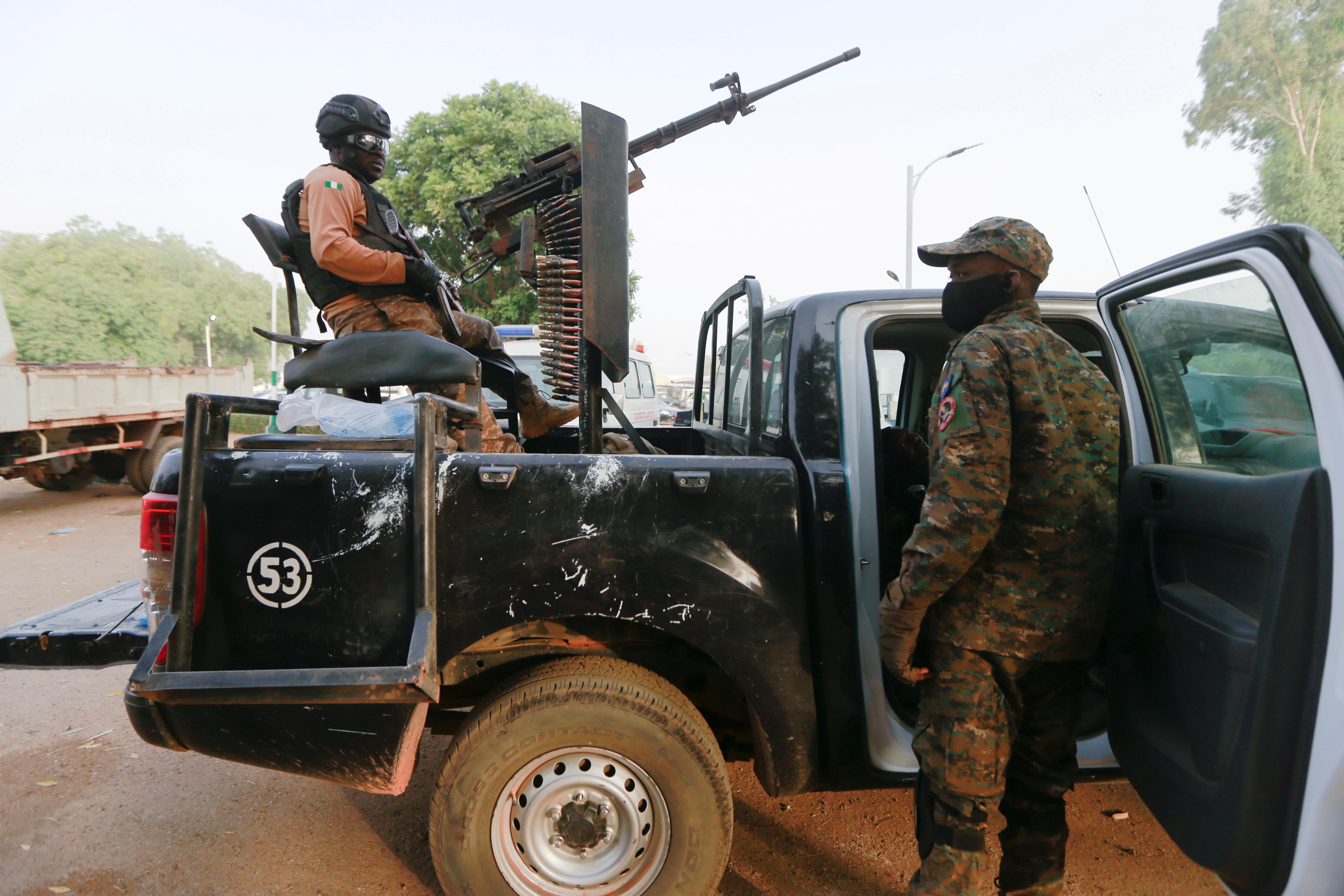 Soldados en el rescate de varias niñas secuestradas en Zamfara el 2 de marzo.