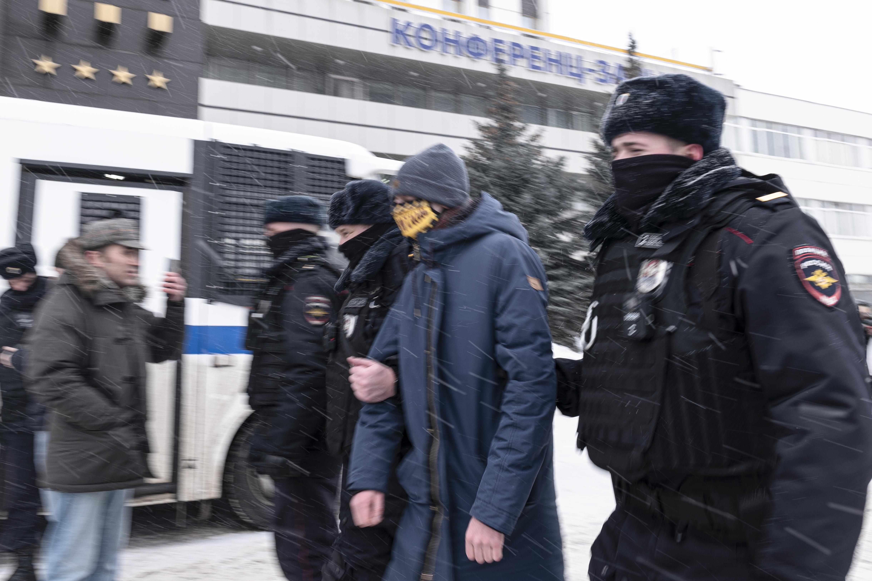 La policía rusa detiene a opositores hoy en un foro en Moscú.