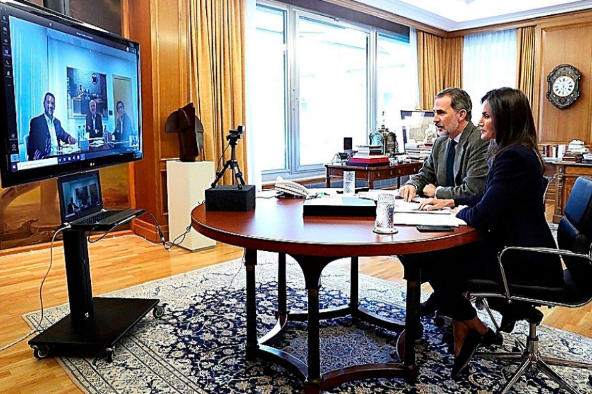 Los Reyes Felipe y Letizia, durante una videoconferencia con Juan Roig, presidente de Mercadona.