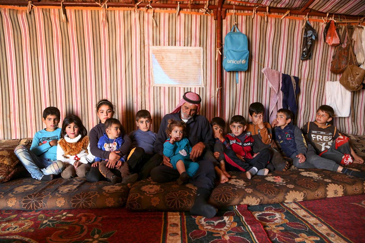Abderrazaq Khatoun con sus 11 nietos huérfanos.