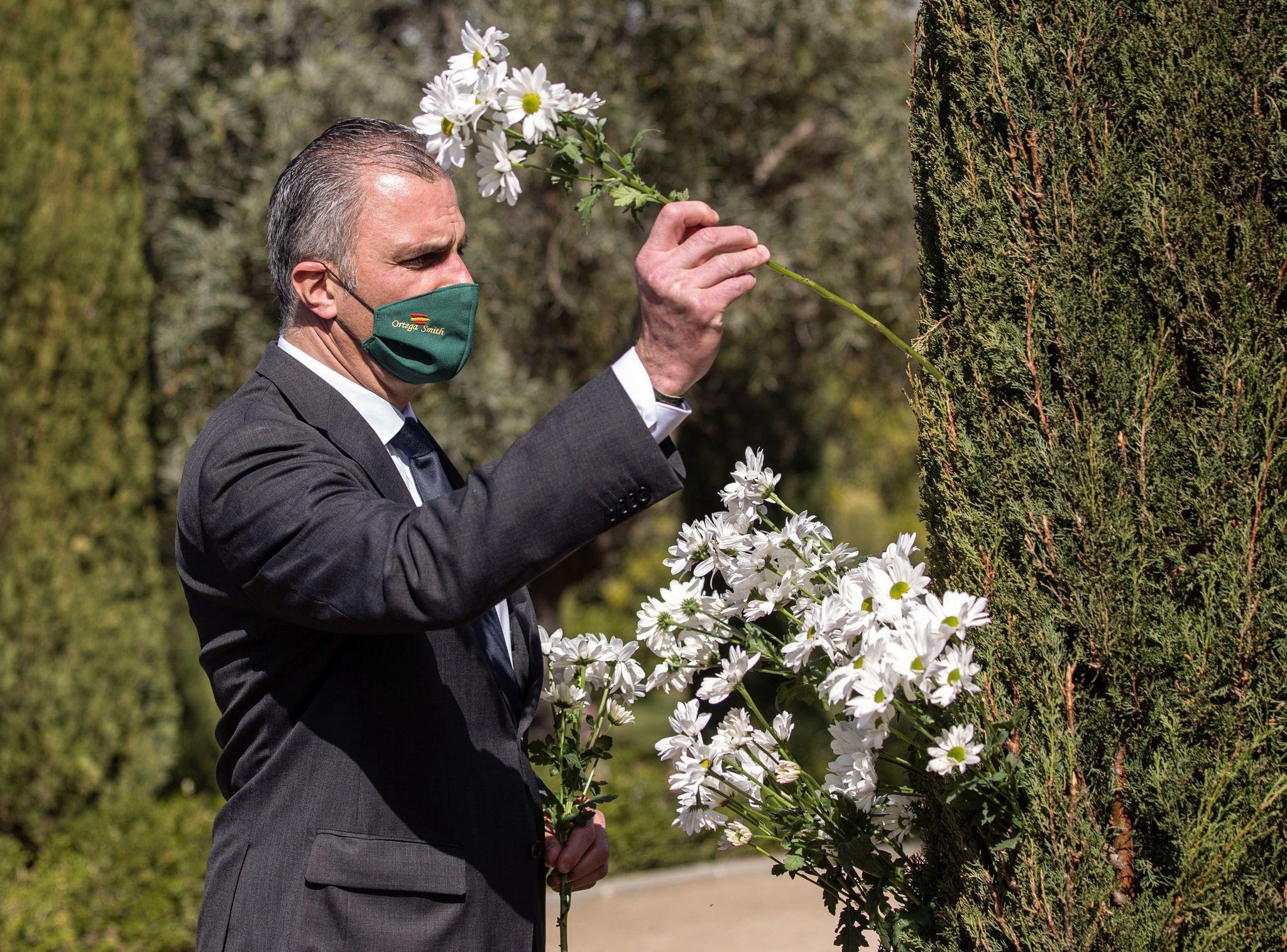 Javier Ortega Smith coloca una flor en el homenaje celebrado en el aniversario del 11-M