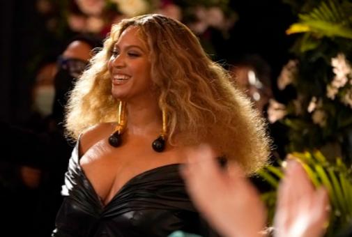 Beyoncé y su melena leonina (y otros peinados ganadores de los Grammy 2021).