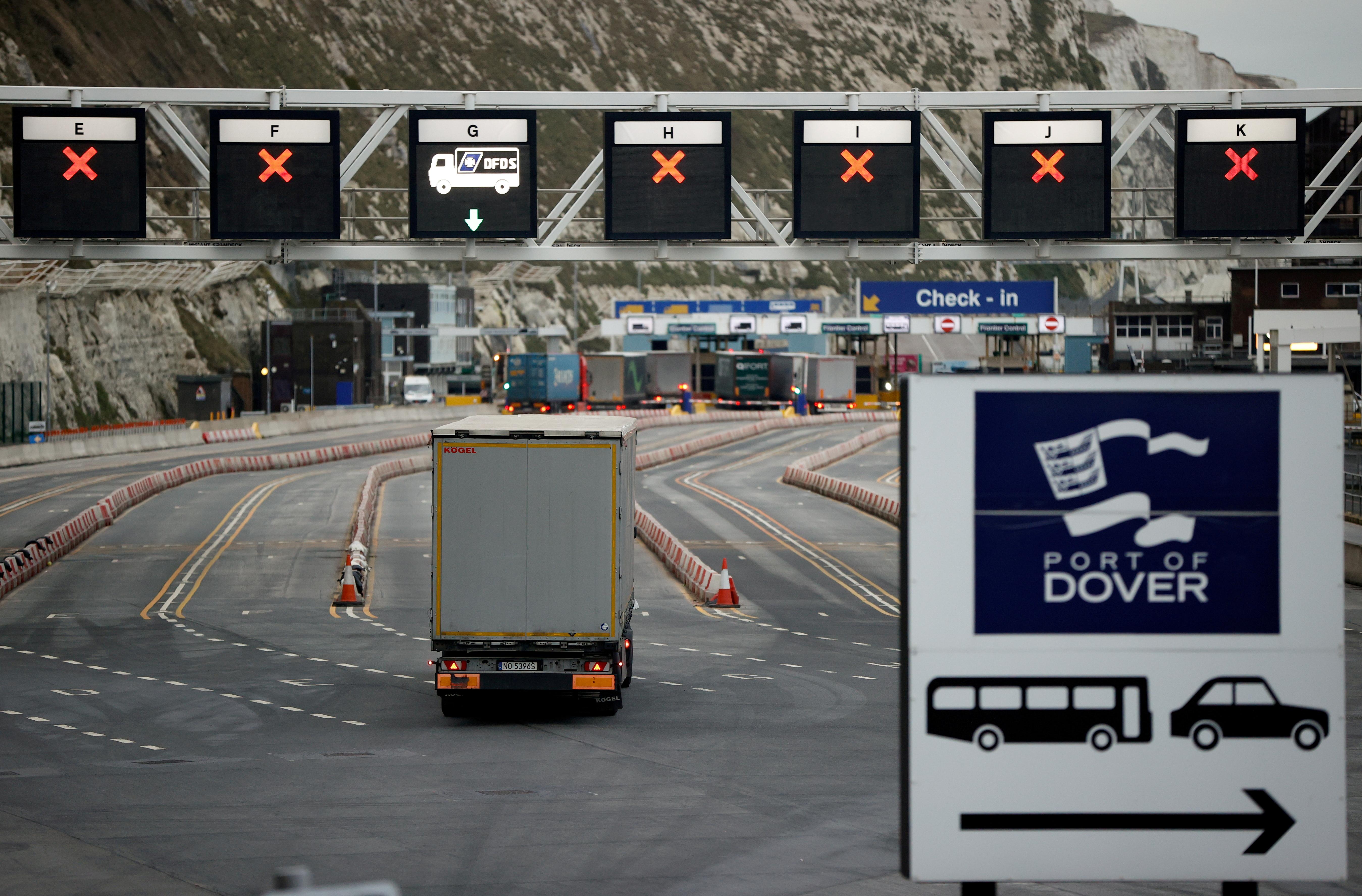 Un camión en la entrada del puerto de Dover, Gran Bretaña, este lunes.